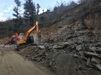 Heavy equipment work dilgently to make this road better ahead of Kotkhai; Photo: Abhinav Kaushal
